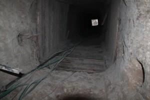 een smokkeltunnel bijna 25 meter onder de grond