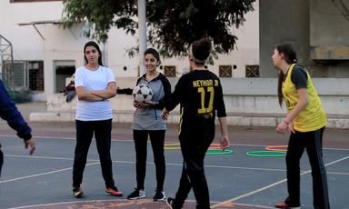 Video: meisjes in Gaza voetballen met passie